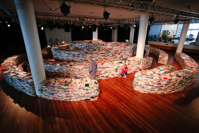 Labirint od 250 000 knjiga. Izvor: http://www.thisiscolossal.com/2012/08/a-giant-labyrinth-constructed-from-250000-books/