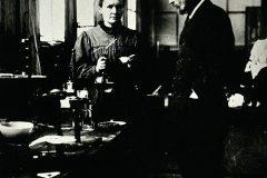 Marie i Pierre Curie u svojemu pariškome laboratoriju, otprilike iz 1900. godine Izvor Wellcome Collections. Trajni URL: https://www.europeana.eu/portal/en/exhibitions/pioneers/credits.