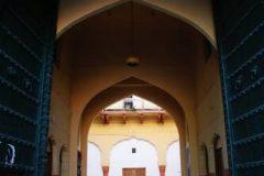 Pogled na unutarnje dvorište umjetničke škole Rajasthan s glavnog ulaza – Kishanpol Bazaara – u Jaipuru, Indija. Autor i © DRONAH. Trajni URL: whc.unesco.org/en/documents/173413.