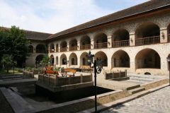 Karavan-saraj u povijesnom središtu grada Šeki s Kanovom palačom, Azerbajdžan. Autor S. Mammadov. © Azerberpa. Trajni URL: whc.unesco.org/en/documents/148562.