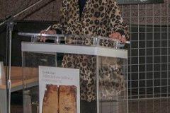 """Viša stručna savjetnica za odnose s javnošću u Odsjeku Marketing i komunikacije Nacionalne i sveučilišne knjižnice u Zagrebu Nela Marasović na stručno-znanstvenome seminaru """"Zaštita kulturne baštine u kriznim uvjetima""""."""