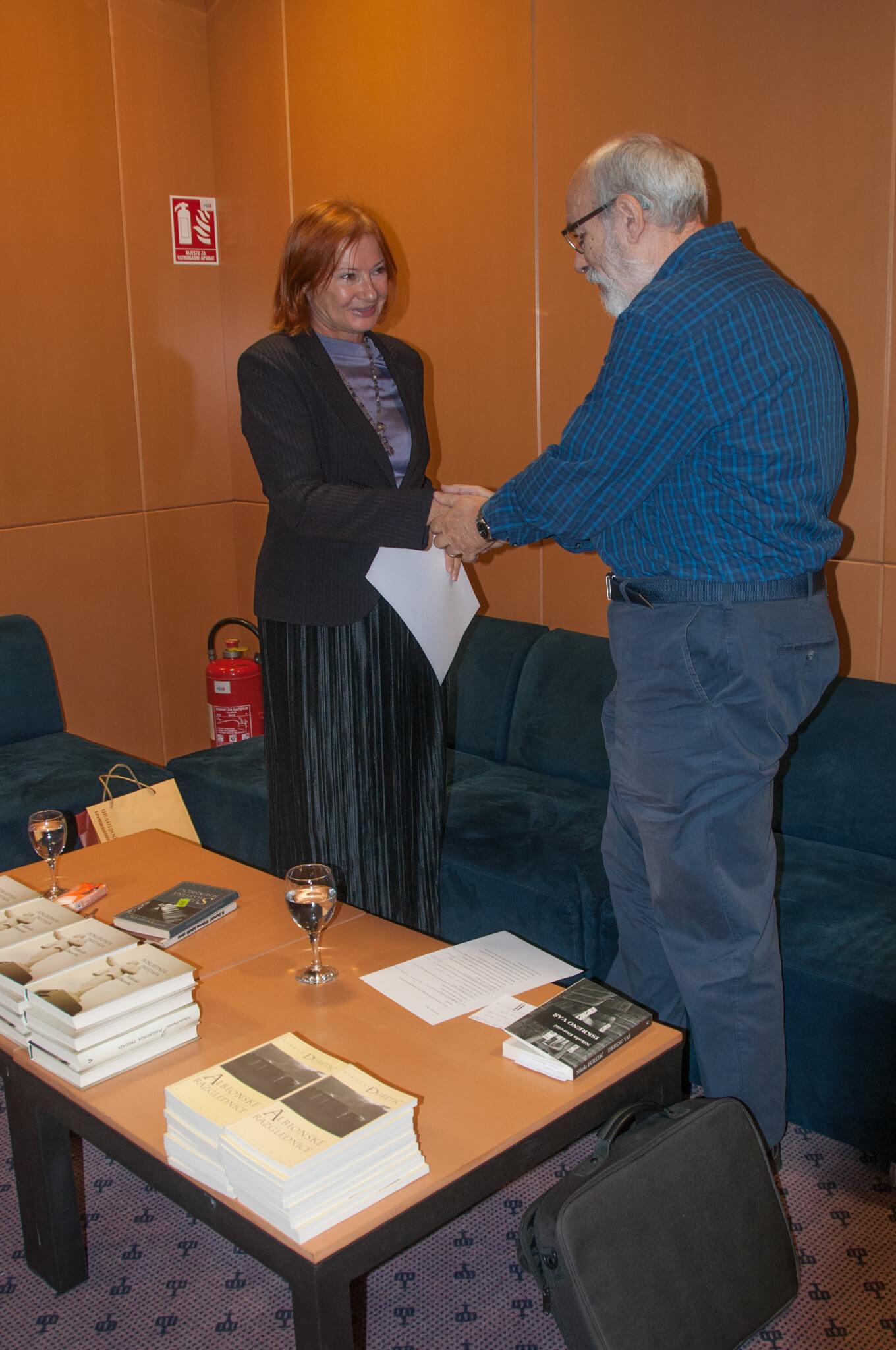 Voditeljca tribine dr. sc. Željka Lovrenčić i književnik, urednik, nakladnik i prevoditelj Nikola Đuretić.