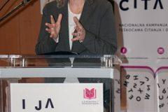 """Predsjednica Hrvatskoga knjižničarskog društva dr. sc. Dijana Machala na predavanju """"Čitati je lako, pitaj nas kako!""""."""