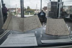 Izložena građa iz Zbirke rukopisa i starih knjiga Nacionalne i sveučilišne knjižnice u Zagrebu na otvaranju izložbe u povodu 200. obljetnice rođenja Vatroslava Lisinskoga.