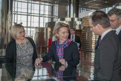 """Izložbu """"Book Art in Croatia"""" u pratnji vršiteljice dužnosti glavne ravnateljice Nacionalne i sveučilišne knjižnice u Zagrebu dr. sc. Tatijane Petrić razgledala je predsjednica Europske komisije Ursula von der Leyen."""