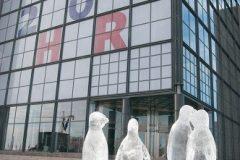 Postavljene ledene skulpture pingvina ispred Nacionalne i sveučilišne knjižnice u Zagrebu.