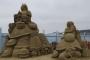 """Pješčana skulptura Alise i gusjenice iz """"Alisa u zemlji čudesa"""" nastala je 2014. u sklopu Festivala pješčanih skulptura u Weston Super Mareu u Engleskoj. Izvor: http://tinyurl.com/qd8b8ye."""