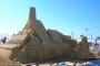 """Kuća od kolača iz priče """"Ivica i Marica"""" nastala je na Festivalu pješčanih skulptura na plaži u Haifi u Izraelu. Izvor: http://tinyurl.com/qd8b8ye."""