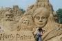 """Pješčana skulptura likova iz filma prema serijalu knjiga """"Harry Potter"""" nastala je 2011. na Međunarodnome festivalu pješčanih skulptura u Changshau. Izvor: http://tinyurl.com/qd8b8ye."""