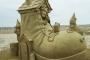 """Skulptura nadahnuta pjesmicom """"Starica koja je živjela u cipeli"""" nastala je 2011. u sklopu Natjecanja majstora skulptura u pijesku na hamptonskoj plaži. Izvor: http://tinyurl.com/qd8b8ye."""