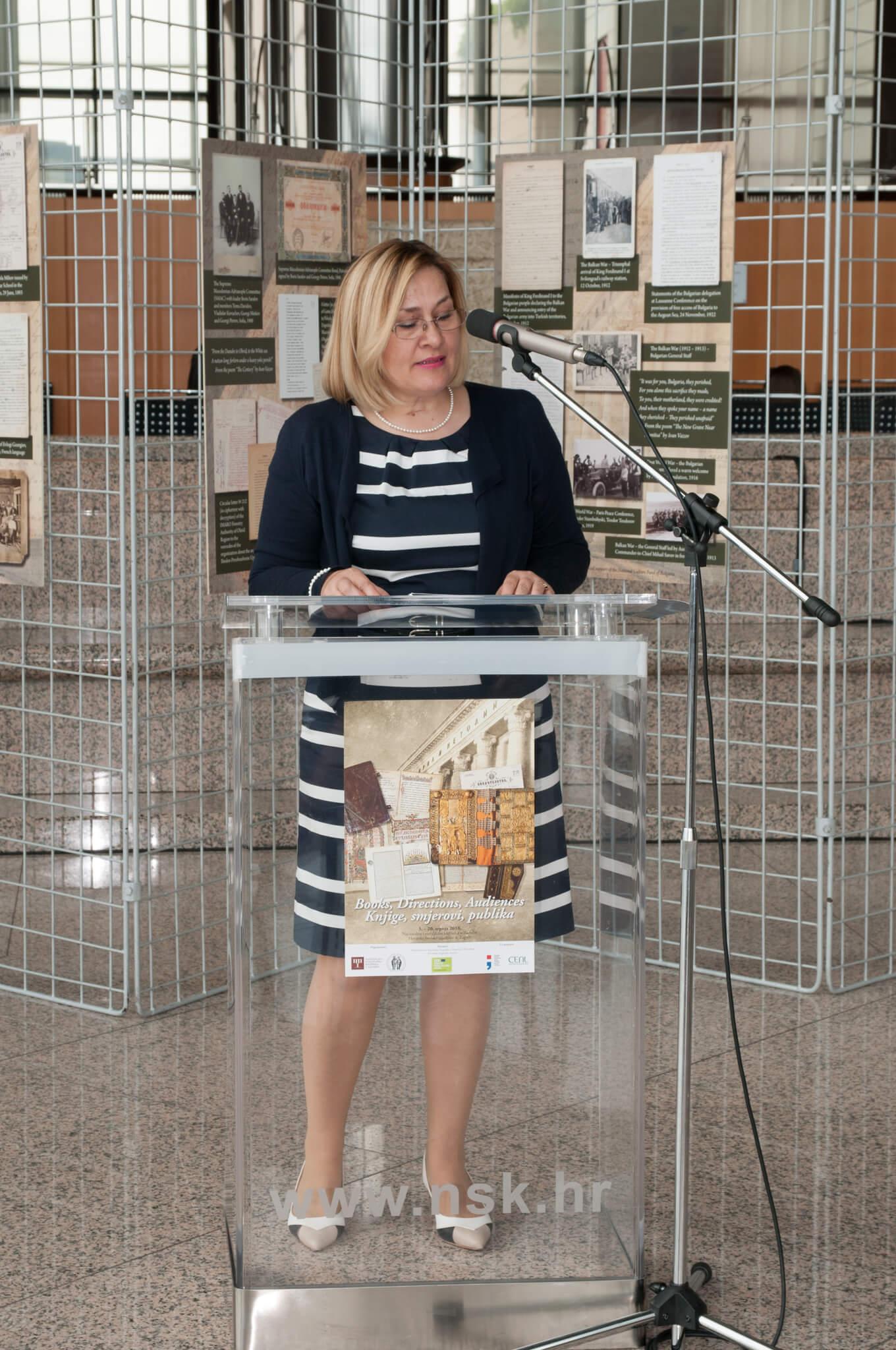"""Dr. sc. Tatijana Petrić, glavna ravnateljica Nacionalne i sveučilišne knjižnice u Zagrebu, obratila se uzvanicima na svečanom otvorenju izložbe """"Books, Directions, Audiences""""."""