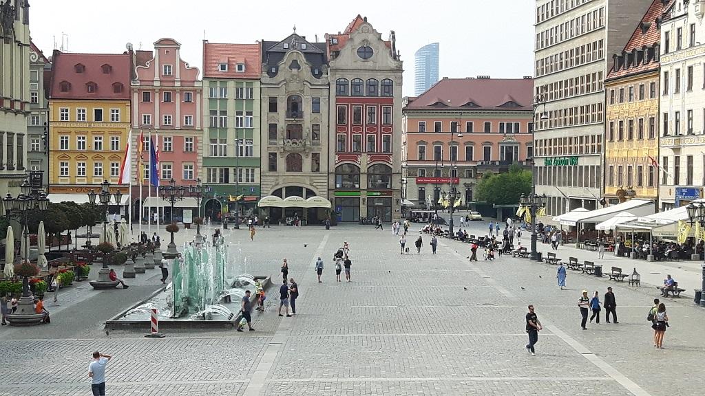 Pogled s prozora Narodne knjižnice na glavni trg u staroj gradskoj jezgri u Wroclawu.