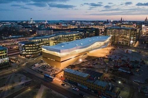 Pogled iz zraka na Središnju gradsku knjižnicu u Helsinkiju (Oodi). Autor Tuomas Uusheimo. Izvor: https://www.oodihelsinki.fi/en/for-media/