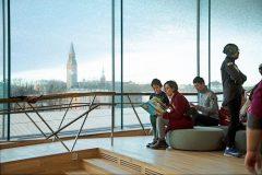 Pogled na panoramu grada iz Središnje gradske knjižnice u Helsinkiju (Oodi). Autor Daniel Leiviskä. Izvor: https://www.oodihelsinki.fi/en/for-media/