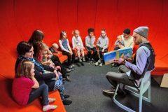 Kutak za čitanje priča djeci u Središnjoj gradskoj knjižnici u Helsinkiju (Oodi). Autor Andrey Shadrin. Izvor: https://www.oodihelsinki.fi/en/for-media