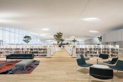 Čitaonica na trećem katu Središnje gradske knjižnice u Helsinkiju (Oodi). Autor Tuomas Uusheimo. Izvor: https://www.oodihelsinki.fi/en/for-media/