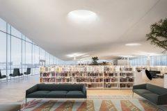Čitaonica na trećem katu Središnje gradske knjižnice u Helsinkiju (Oodi). Autor Tuomas Uusheimo. Izvor: https://www.oodihelsinki.fi/en/for-media