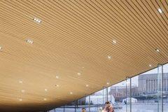 Ulaz u Središnju gradsku knjižnicu u Helsinkiju (Oodi) s trga Kansalaistori. Autor Tuomas Uusheimo. Izvor: https://www.oodihelsinki.fi/en/for-media/