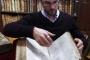 Rémy Cordonnier, voditelj zbirke rijetkih knjiga knjižnice u Saint Omeru, pokazuje novopronađeno blago svoje knjižnice. Izvor: http://www.dailymail.co.uk/. Michel Spingler.