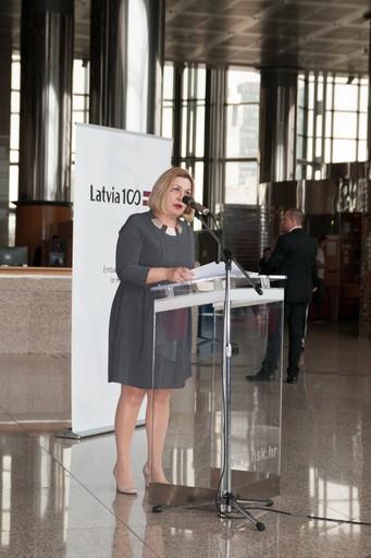"""Dr. sc. Tatijana Petrić, glavna ravnateljica Nacionalne i sveučilišne knjižnice u Zagrebu na  otvorenju izložba """"Latvia's Century""""."""