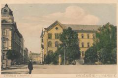 Razglednica Zagreba iz fonda Grafičke zbirke NSK. Zagreb (Croatie) : Sveučilište = Université. Zagreb : Papirnica Auer, [1912].